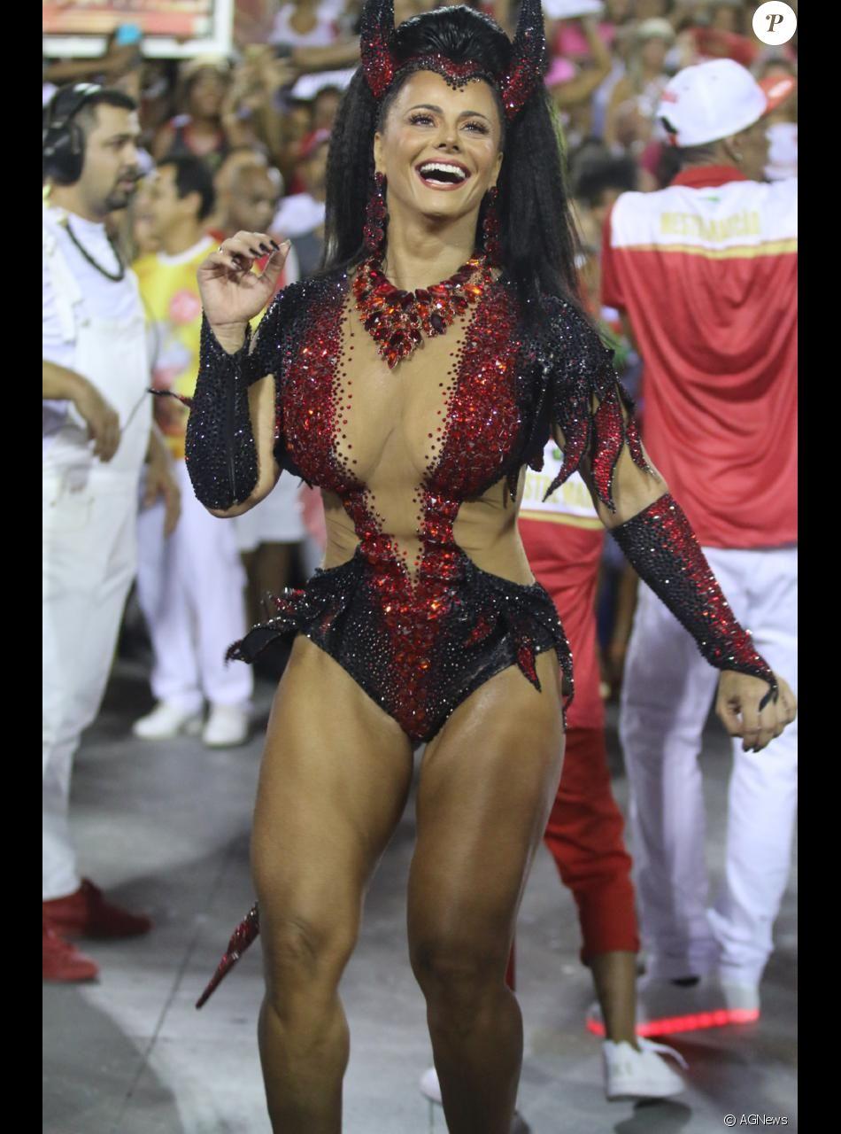 Viviane Araújo marcou presença em uma festa de Halloween na noite de sexta, 13 de outubro de 2017
