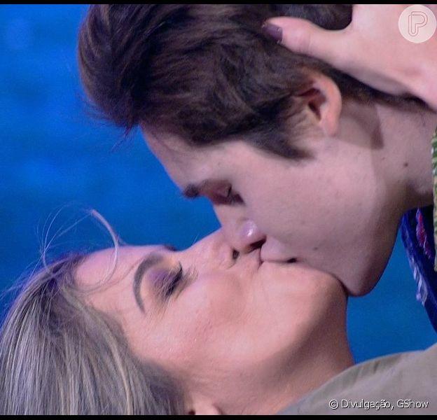 Nicolas Prattes deu um beijo de tirar o fôlego em sua professora do quadro 'Dança dos Famosos' neste domingo, 15 de outubro de 2017
