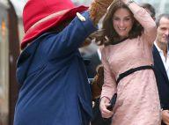 Grávida, Kate Middleton muda visual e dança com urso em estação de trem