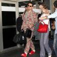 Adepto de acessórios, John Mayer complementou o visual com relógio, colar e óculos escuros