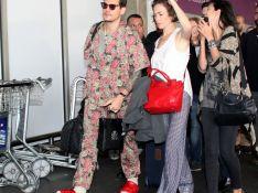 Estilo? John Mayer combina meias, pantufas e look floral ao chegar ao RJ. Fotos!
