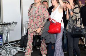 John Mayer combina meias, pantufas e look floral ao chegar ao RJ. Fotos! 8bc3b5a872