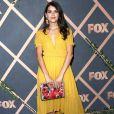 A atriz Sofia Black-D'Elia usou amarelo em festa da Fox, na Califórnia, em 25 de setembro de 2017
