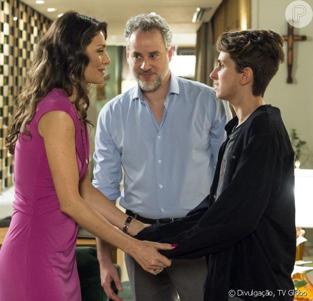 Joyce (Maria Fernanda Cândido) comemora o sucesso da cirurgia de retirada dos seios de Ivan (Carol Duarte no final de 'A Força do Querer' que vai ao ar nesta quinta-feira, dia 19 de outubro de 2017