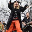 Os coturnos até o joelho deram atitude ao look despojado de Madonna