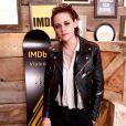 A atriz Kristen Stewart é adepta de looks com jaqueta de couro e sapatos baixos