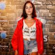 No festival, Bruna Marquezine soprepôs o look básico, com short jeans comprado em brechó e tênis, com uma capa vermelha
