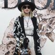 Com um estilo descolado, Jennifer Lawrance combinou as botas com o casaco para  prestigiar o desfile de alta-costura que celebrou os 70 anos da Dior, em Paris, na França, em 3 de julho de 2017
