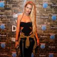 A modelo Yasmin Brunet usou tênis All Star com calça de couro e body recortado no Rock in Rio
