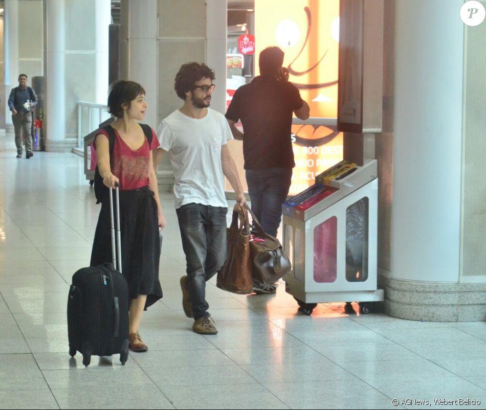 Caio Blat e Luisa Arraes foram vistos juntos no aeroporto Santos Dumont, no Rio, nesta quinta-feira, 19 de outubro de 2017