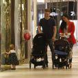 Thais Fersoza e Michel Teló sorriem ao ver Melinda caminhando sozinha