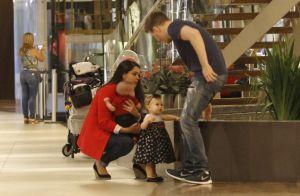 Thais Fersoza e Teló passeiam com filhos, Melinda e Teodoro: 'Dupla'. Fotos!
