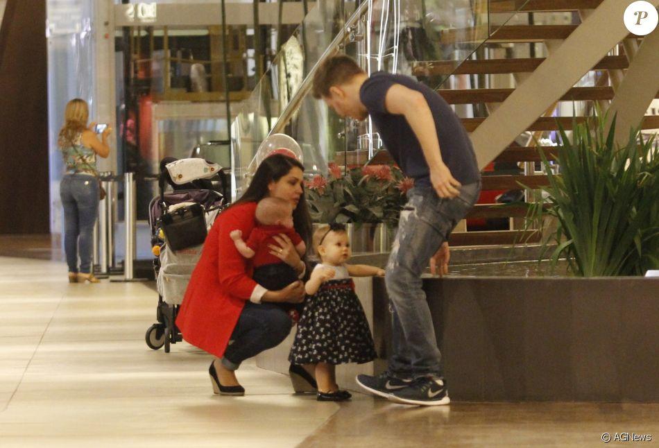 Thais Fersoza e Teló passeiam com filhos, Melinda e Teodoro, nesta quinta-feira, dia 19 de outubro de 2017