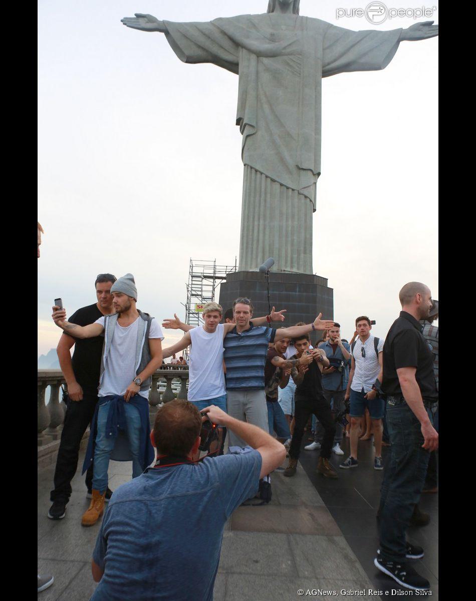 Os meninos do One Direction o Cristo Redentor, um dos pontos turísticos mais conhecidos da cidade, na zona Sul do Rio de Jeneiro, nesta quarta-feira, 7 de maio de 2014