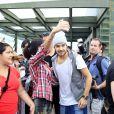O grupo One Direction fotografou com fãs presentes no local