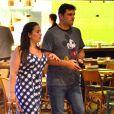 Rodrigo Lombardi escolheu um shopping na Barra da Tijuca para o passeio a dois