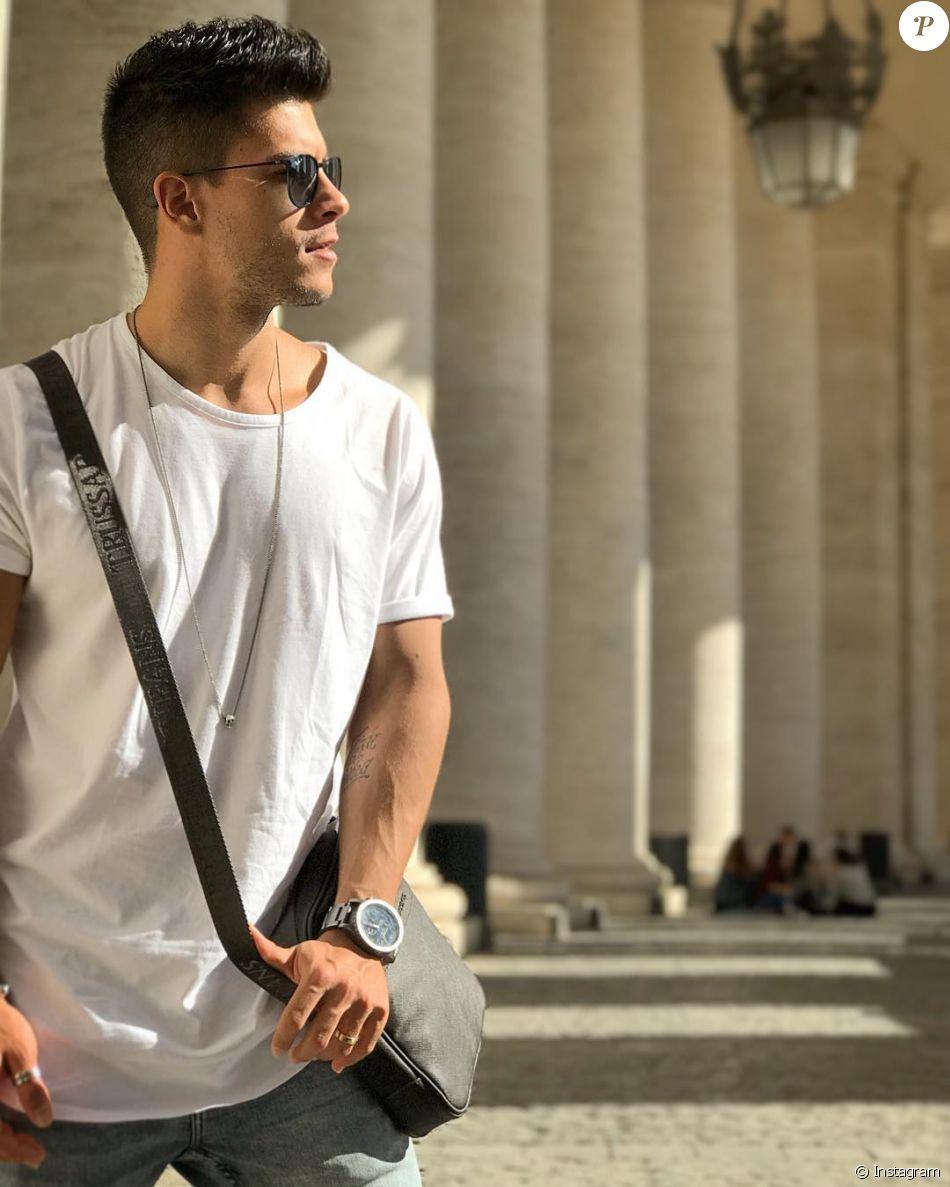 572b05fd5d3c4 Arthur Aguiar postou foto todo estiloso no Vaticano, na Itália.  Fui  flagrado pela Mayra Cardi , legendou o ator no clique