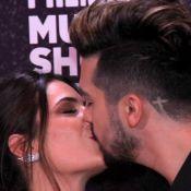 Luan Santana e a namorada, Jade Magalhães, trocam beijo em premiação. Fotos!