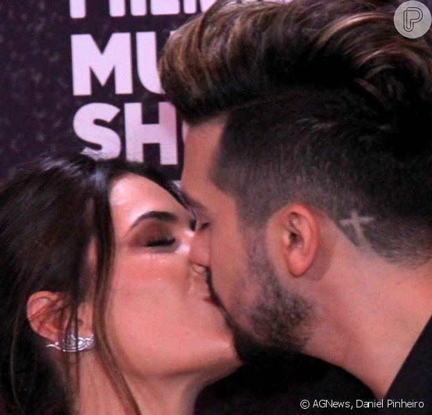 Luan Santana beijou a namorada, Jade Magalhães, ao chegar para a entrega do Prêmio Multishow, nesta terça-feira, 24 de outubro de 2017