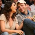Ashton Kutcher, recentemente, negou ter traído Mila Kunis após ser flagrado com uma mulher em um aeroporto
