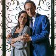 Henrique (Emílio de Mello) resolve continuar casado com Elizabeth (Gloria Pires) mesmo após ver as fotos da mulher beijando Renan (Marcello Novaes) e deixa Natanael (Juca de Oliveira)  furioso, na novela 'O Outro Lado do Paraíso'