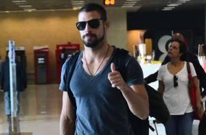 Cauã Reymond é agarrado por fãs após desembarcar em São Paulo