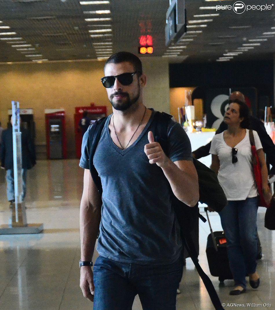 b0d1b3357 Cauã Reymond embarca no aeroporto Santos Dumont, no Rio de Janeiro, em 9 de