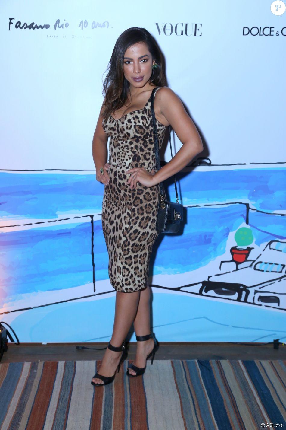 26510e9bc1 Anitta investiu em um vestido midi acinturado com estampa animal print em  festa
