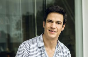Mateus Solano comenta torcida para romance entre Sandra Helena e Eric: 'Comoção'