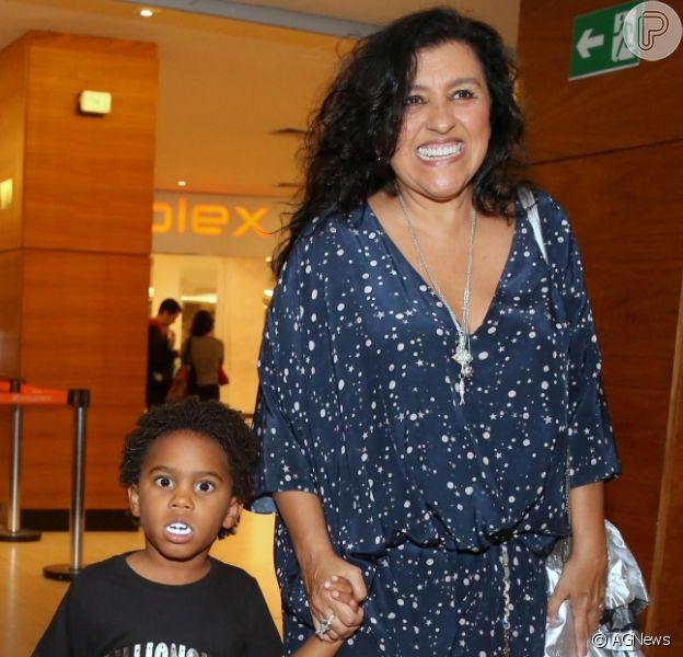 Roque, filho de Regina Casé, usou dentadura de vampiro ao acompanhar a mãe em lançamento da série 'Asdrubal Trouxe o Trombone', em shopping do Leblon, na Zona Sul do Rio de Janeiro, nesta terça-feira (31)