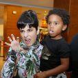 Fernanda Abreu se divertiu com Roque, filho de Regina Casé, que usou uma dentadura de vampiro
