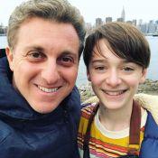 Luciano Huck viaja com família para NY e posa com Noah Schnapp: 'Talentosíssimo'