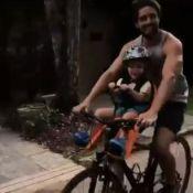 Rafael Cardoso curte feriado com a filha e a mulher grávida: 'Na bike'. Vídeo!