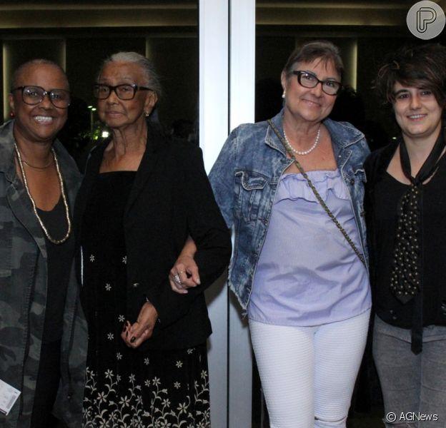 Sandra de Sá levou a namorada, Simone Floresta, a mãe, dona Jurema, e a sogra para o show de Roberto Carlos, na noite desta quarta-feira, 8 de novembro de 2017
