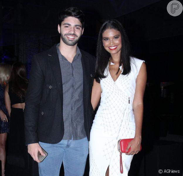 Aline Dias mostrou o namorado, Rafael Cupello, cantando música para o filho, Bernardo