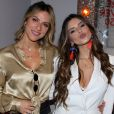Giovanna Ewbank posa com a cunhada, Giovanna Lancellotti, em exposição 'Re.ver.so'