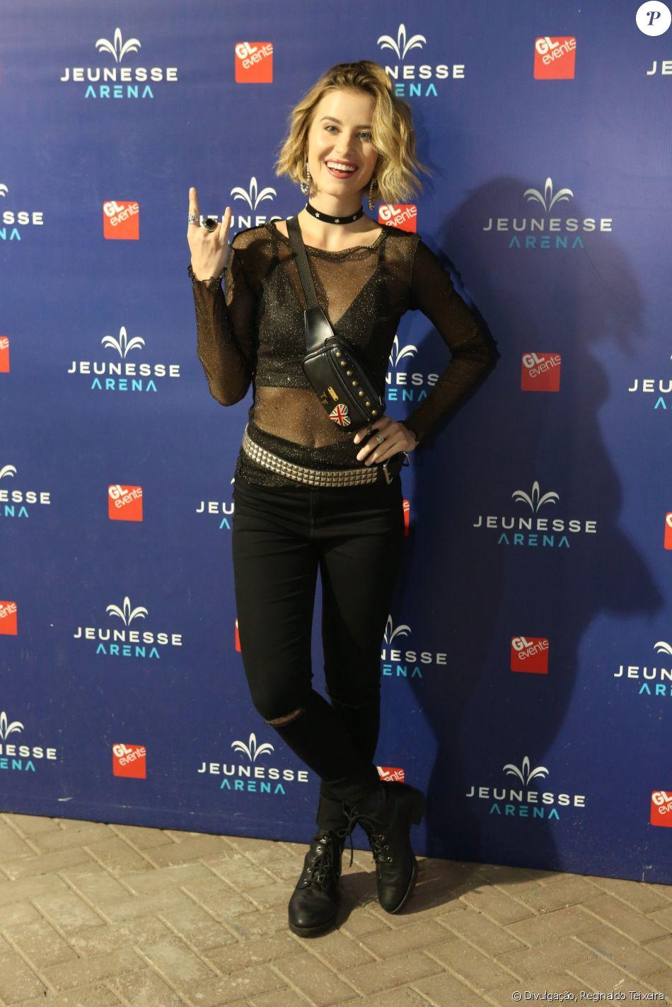 A atriz Barbara França combinou as tendências das pochetes e da transparência no look para o show da banda Green Day, na Jeunesse Arena, no Rio de Janeiro, em 1° de novembro de 2017