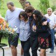 Familiares se emocionam durante a despedida da atriz Márcia Cabrita