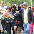 Manoela, filha de Márcia Cabrita, de 16 anos, se despede da mãe acompanhada pelo pai, Ricardo Parente, e familiares