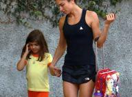 Grazi Massafera, com look fitness, busca filha na escola após malhação. Fotos!