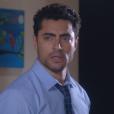 Triste, Gustavo (Carlo Porto) sai da casa de Cecília (Bia Arantes) acreditando que realmente foi traído, na novela 'Carinha de Anjo'