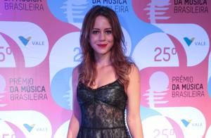 Leandra Leal desfila novo visual em prêmio de música ao lado do marido