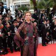 Karlie Kloss veste Valentino no tapete vermelho do Festival de Cannes 2014