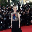 Cate Blanchett veste Givenchy no tapete vermelho do Festival de Cannes 2014