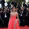 Freida Pinto veste Oscar de La Renta no tapete vermelho do Festival de Cannes 2014