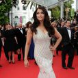 Aishwarya Rai veste Roberto Cavalli no tapete vermelho do Festival de Cannes 2014