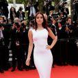 Barbara Palvin escolhe vestido justo branco para o tapete vermelho do Festival de Cannes 2014