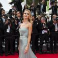 Rosie Huntington-Whiteley veste Gucci no tapete vermelho do Festival de Cannes 2014