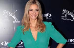 Fernanda Lima usa vestido decotado para apresentar evento em São Paulo