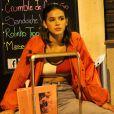 Assim com o look despretensioso, Bruna Marquezine sentou sobre uma mala na calçada do Leblon, no Rio de Janeiro, na noite de quinta-feira, 16 de novembro de 2017